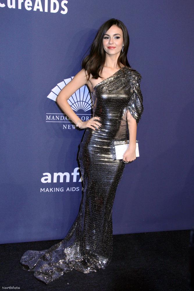 Victoria Justice metálfényben úszott az este ebben az ezüstös, dögösen szabott ruhában.