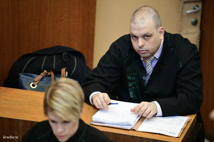 Védőügyvéd a tárgyaláson