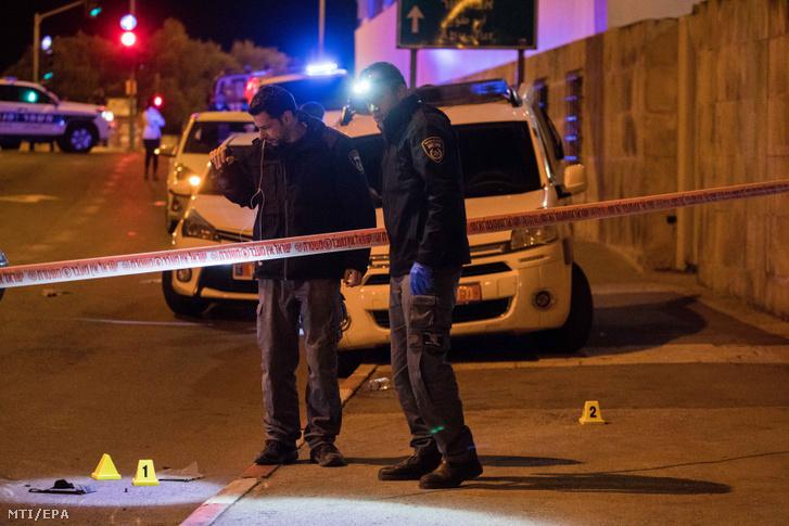 Izraeli rendőrök a Jeruzsálemben elkövetett gázolásos merénylet helyszínén 2020. február 6-án