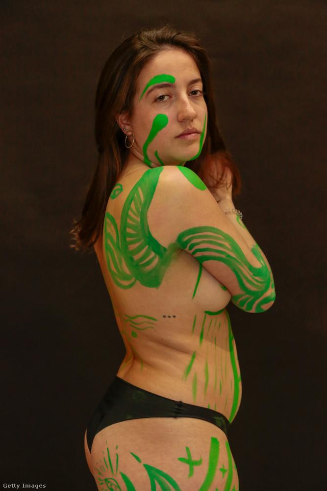 A zöldre festett modell portréi után...