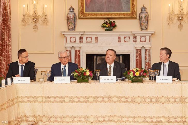 Szijjártó Péter külgazdasági és külügyminiszter (b) Jacek Czaputowicz lengyel (b2) és Mike Pompeo amerikai külügyminiszter (b3) a Vallásgyakorlás Szabadságának Nemzetközi Szövetsége alakuló ülésén Washingtonban 2020. február 5-én.