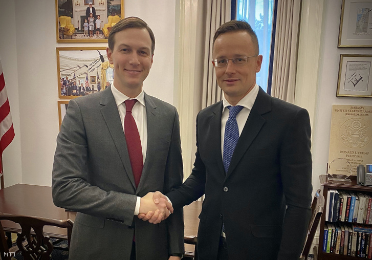 Szijjártó Péter külgazdasági és külügyminiszter (j) és Jared Kushner Donald Trump amerikai elnök tanácsadója