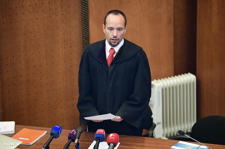 A bíró ítéletet hirdet az oltásellenes szülő ügyében a Budapest Környéki Bíróságon 2020. február 6-án