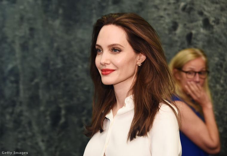Angelina JolieA színésznő és édesapja, Jon Voight között akkor kezdett meglazulni a kapocs, amikor a férfi megcsalta Jolie édesanyját