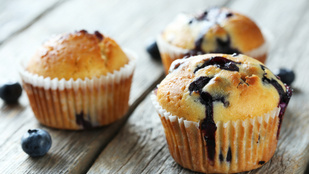 Pofonegyszerű joghurtos-áfonyás muffinok mandulaliszttel – egy kis sós vajjal és mézzel is próbáld ki!