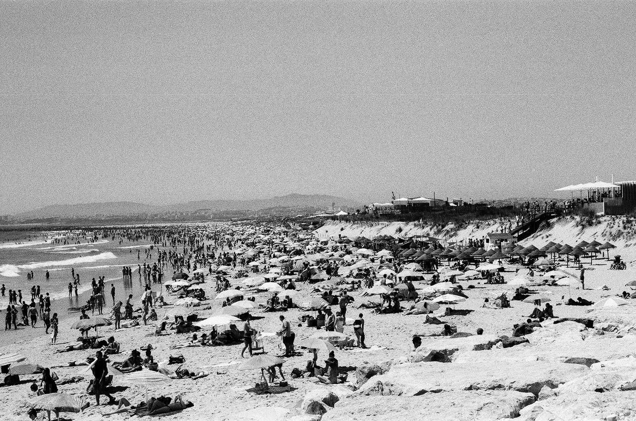 """Costa da Caparica - az itt levő kemping több ezer ember szállásaként szolgált.Az Angolából, Mozambikból és a többi kisebb portugál gyarmatról (Bissau-Guinea, Zöld-foki-szigetek, valamint São Tomé és Príncipe) szervezetten és szervezetlenül visszatérők Lisszabonba, Portóba, vidéki rokonokhoz és alkalmi menekültszállókba kerültek - arányaiban többen, de a Trianon utáni magyar menekülthullámra emlékeztetve. Míg a mieink 1920 körül sokszor átmenetileg vagonlakók lettek, a """"portugál afrikaiakat"""" (luso-africanos) részben kempingekben, jobb-rosszabb szállókban helyezték el, de még börtöncellákban is - ők is azt kapták jutalmul, amit más büntetésből."""