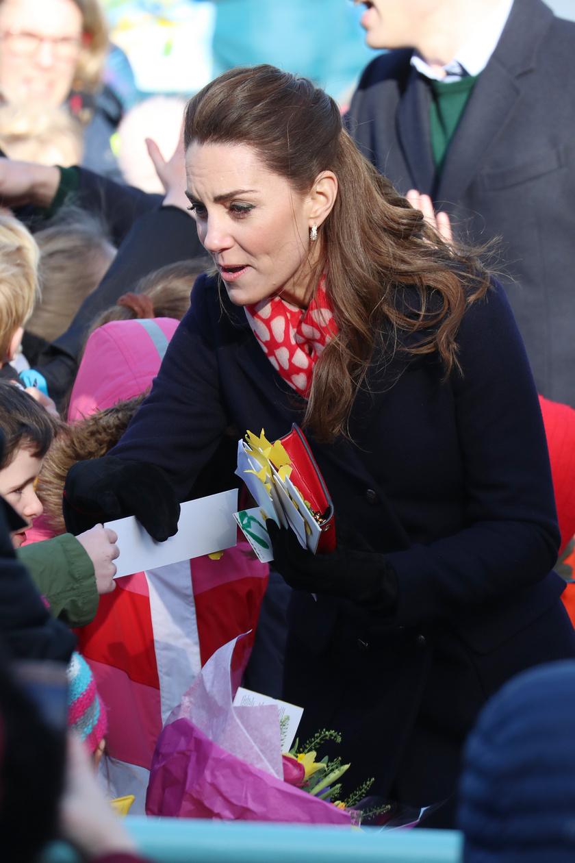 Katalin hercegné igyekszik mindig minél több rajongójához odamenni.