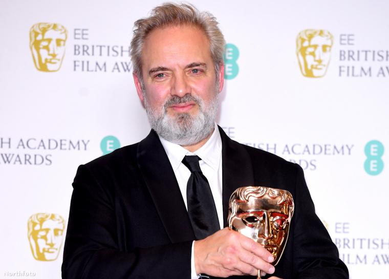 Ő Sam Mendes filmrendező, ezen a képen éppen egy BAFTA-val a kezében látható, amit szintén az 1917-ért nyert.