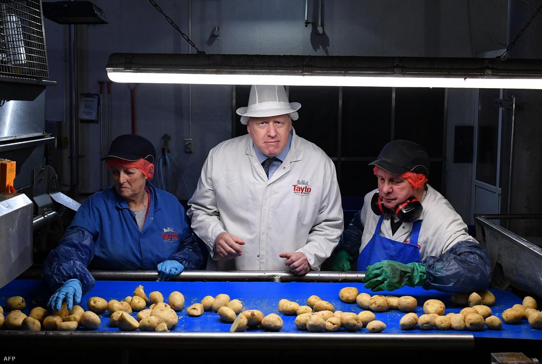 Boris Johnson egy krumpliszirmokat készítő üzemben minőség-ellenőrző munkásokkal az észak-írországi Armagh településen