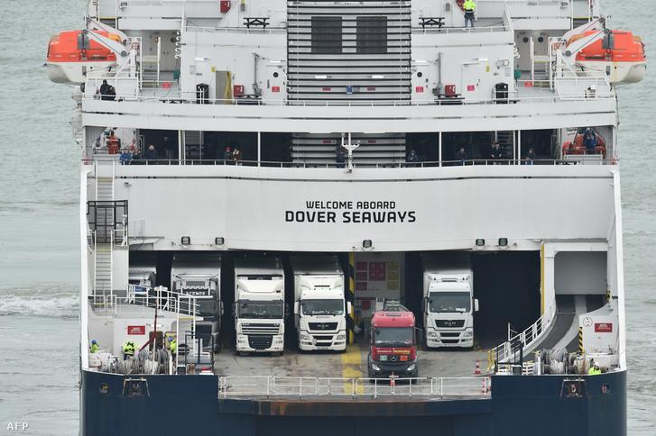 Kamionok a doveri kereskedelmi kikötőben egy komp fedélzetén