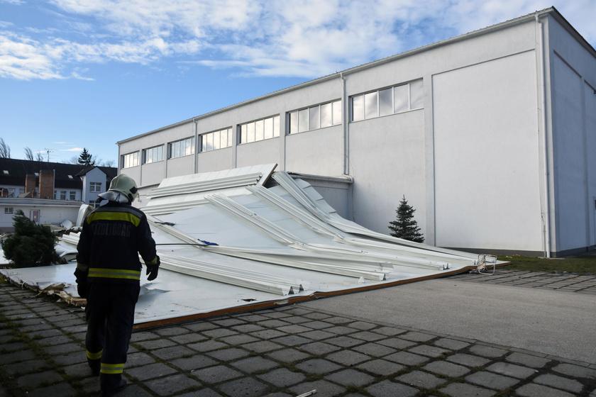 Teljes egészében leszakította, és az épület mellett parkoló autókra sodorta egy sportcsarnok 600 négyzetméteres tetőszerkezetét a szél Törökszentmiklóson. A mentők tájékoztatása szerint senki nem sérült meg.