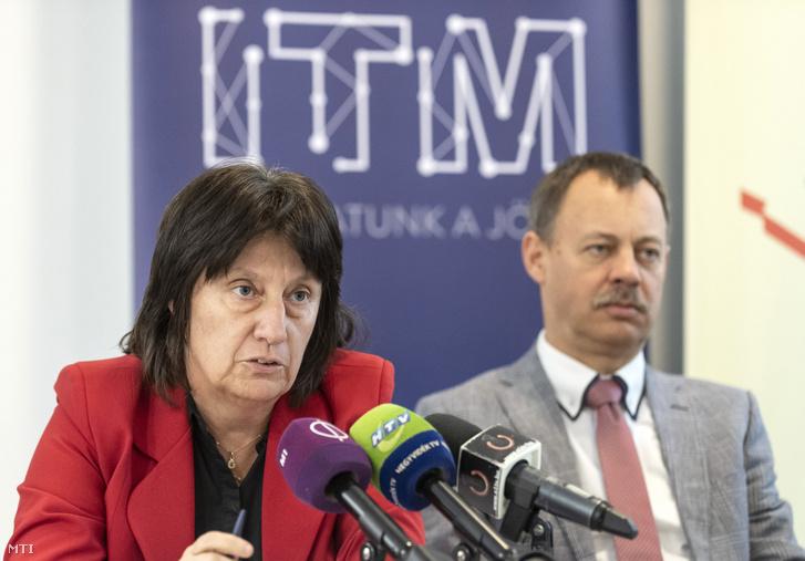 Hajnal Gabriella a Klebelsberg Központ elnöke (b) és Révész Máriusz az aktív Magyarországért felelős kormánybiztos a Közlekedő kisokos tudáspróba sajtótájékoztatóján a Zugligeti Általános Iskolában 2020. február 3-án.