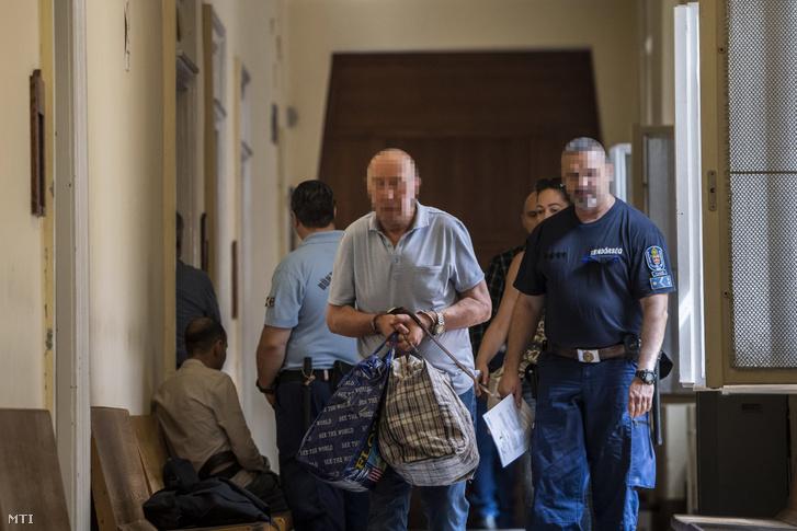 A május 29-ei dunai balesetet okozó Viking Sigyn szállodahajó ukrán kapitányát kísérik a letartóztatásáról döntő bírósági tárgyalásra a Budai Központi Kerületi Bíróság Fő utcai épületének folyosóján, 2019. július 31-én.