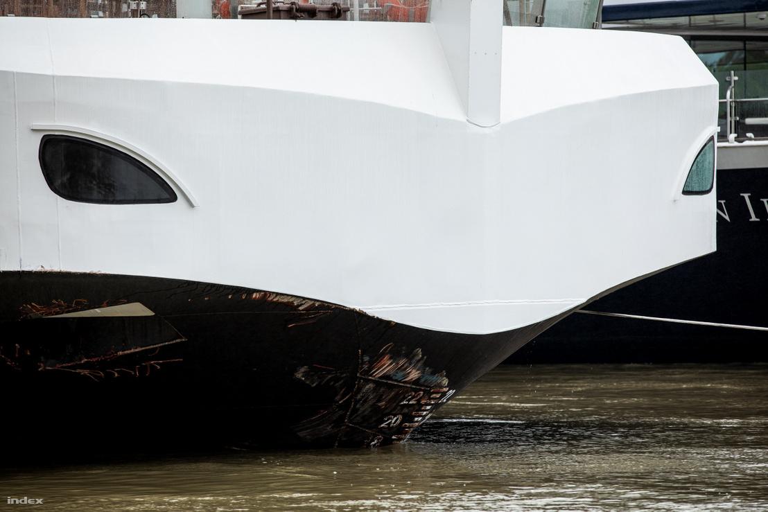 Az ütközés nyoma a Viking Sigyn orrán 2019. május 30-án. A szállodahajó a balesetet követően a pesti rakparton kötött ki.