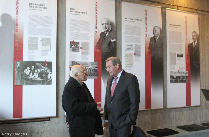 Karl Hopfner, az FC München elnöke (j) beszélget Uri Siegellel, Kurt Landauer unokaöccsével A nemzetiszocializmus elfeledett áldozati az FC Bayern Münchenben című kiállítás megnyitóján 2016-ban.
