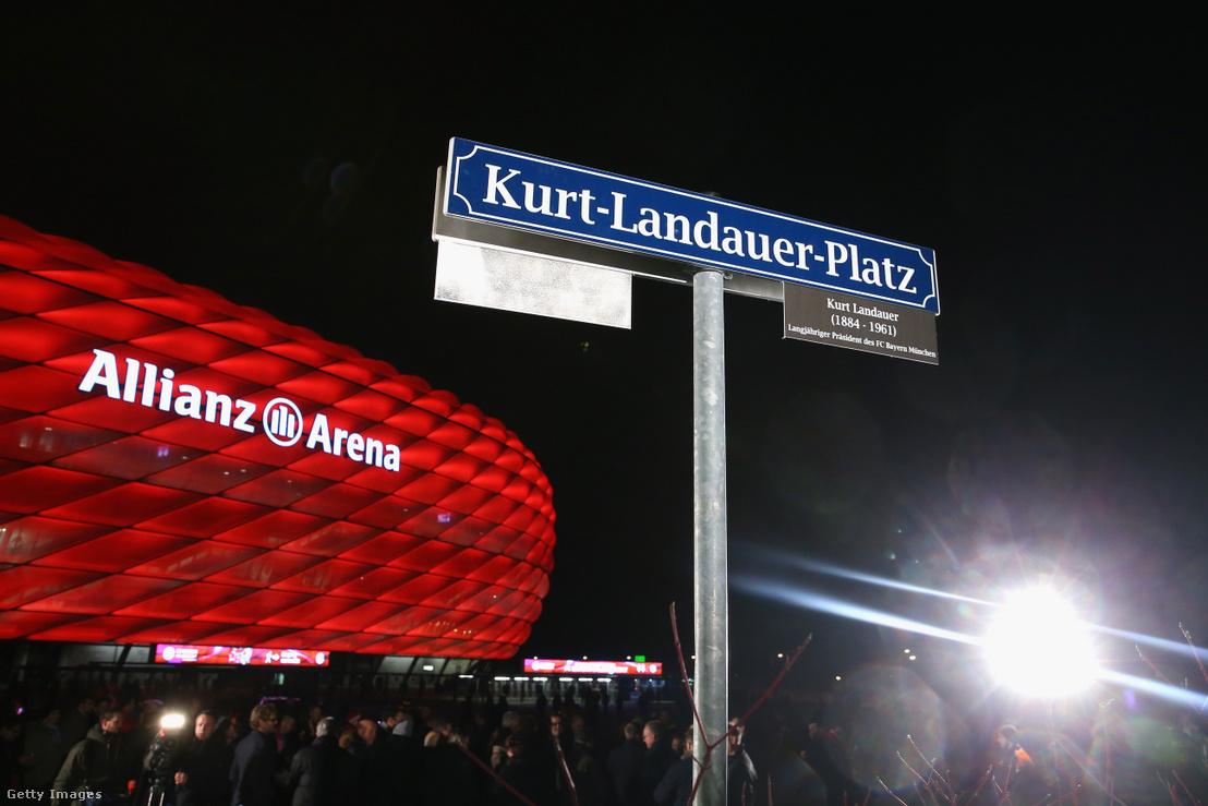 A Landauerről elnevezett tér Münchenben az Allianz Arena előtt