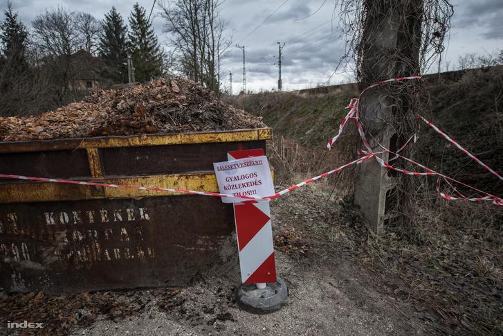 Figyelmeztető táblákat helyezett ki az önkormányzat, és egy-egy konténerrel torlaszolták el a híd két végét, hogy nehogy rámenjen valaki.