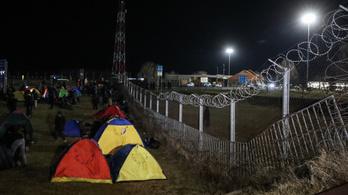 Pár száz menekült elindult a magyar–szerb határhoz