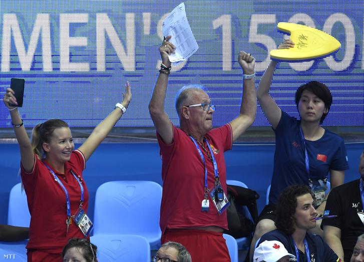 Turi György Késely Ajna edzõje és Sydó Nóra csapatorvos örül az eredménynek a női 1500 méteres gyorsúszás előfutama után a 18. vizes világbajnokságon a dél-koreai Kvangdzsuban 2019. július 22-én.