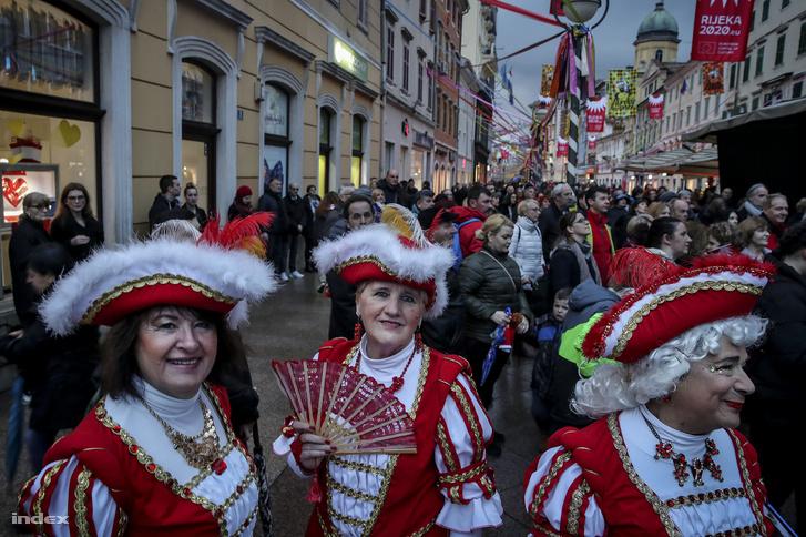 Velencei hatás tükröződik a rijekai csoport öltözékén, a kép jobb szélén látható a vezetőjük, akit nemes egyszerűséggel csak Giorgionak hívnak.