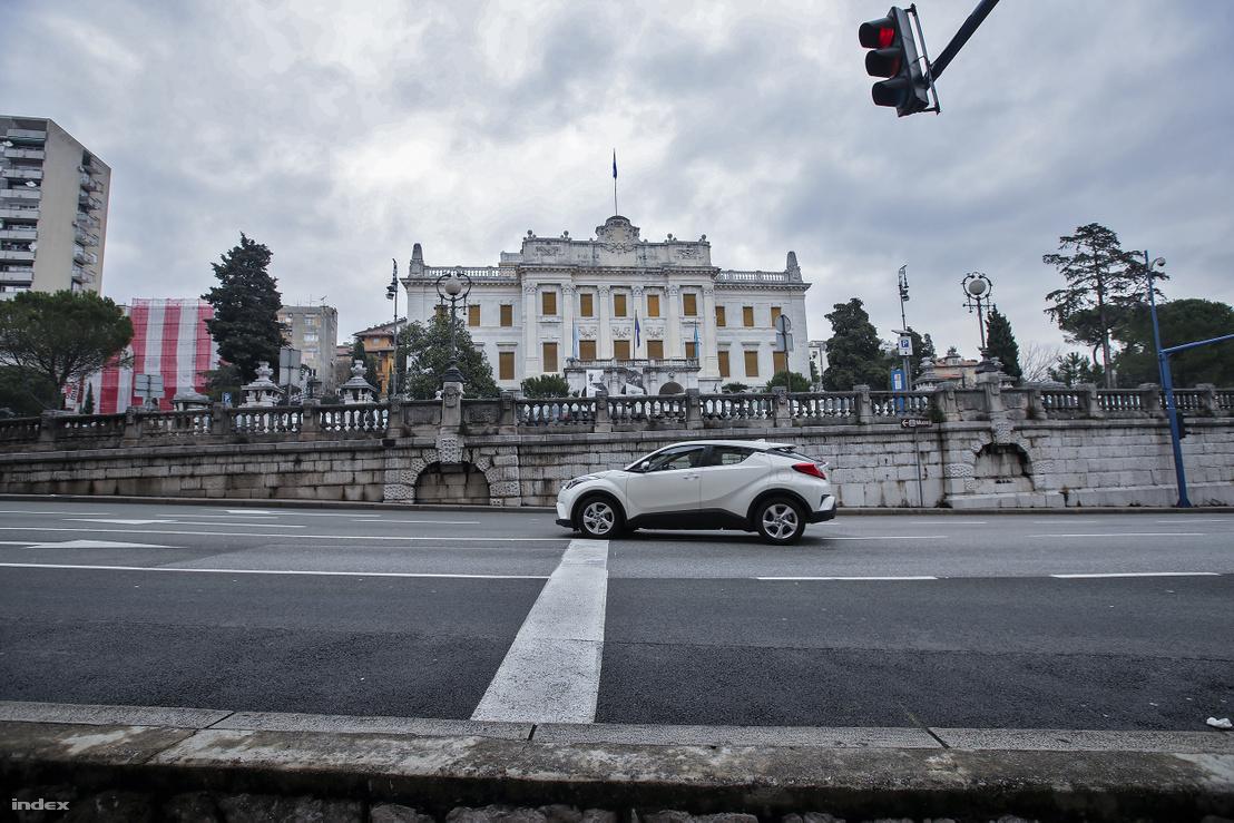 A Batthyányi Lajos megrendelésére épült Kormányzói Palotát Hauszmann Alajos tervezte, abban az időben, amikor Fiume a magyar korona része volt, a város fontos társasági helyszínének számított.