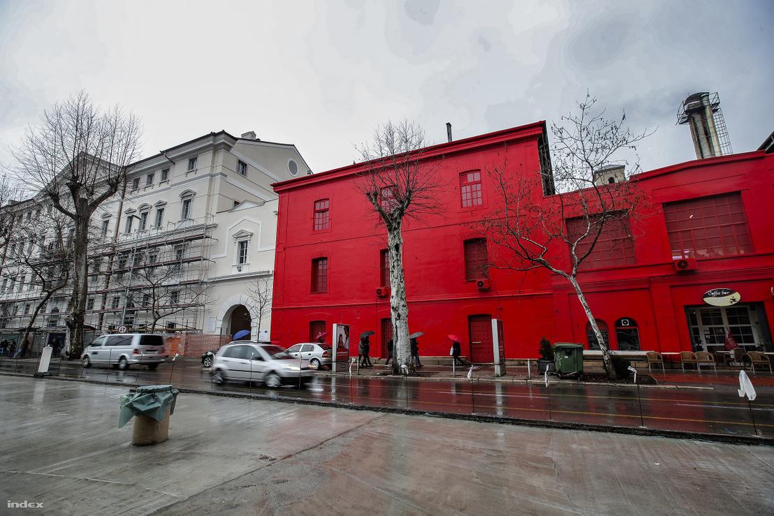 Az egykori cukorgyár épületéből alakították ki a rijekai Moder és Kortárs Művészeti Múzeumot. Az épület piros burkolata maga is műalkotás, a művész Michelangelo Antonioni   Vörös sivatag című filmjének inspirációjára festette be az épületet, amely gesztussal új jelentést adott a háznak. Mióta ez megtörtént, többen keresik fel a Múzeumot az ott dolgozók elmondása szerint.