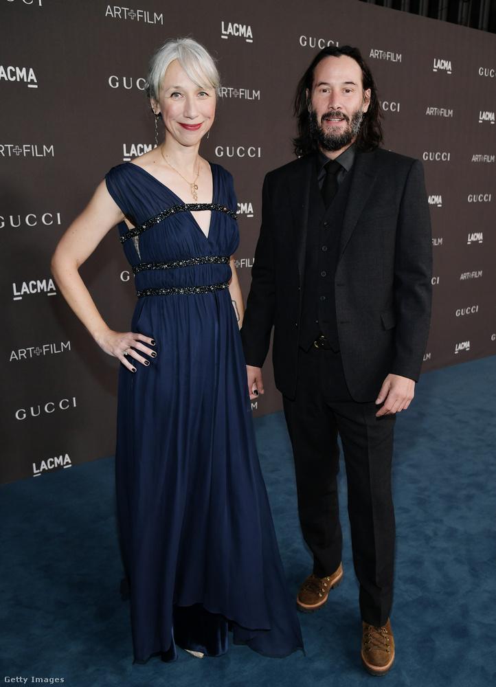 Ez a kép 2019-es, Keanu Reeves 55 éves filmcsillag látható rajta és Alexandra Grant, aki egy 46 éves képzőművész