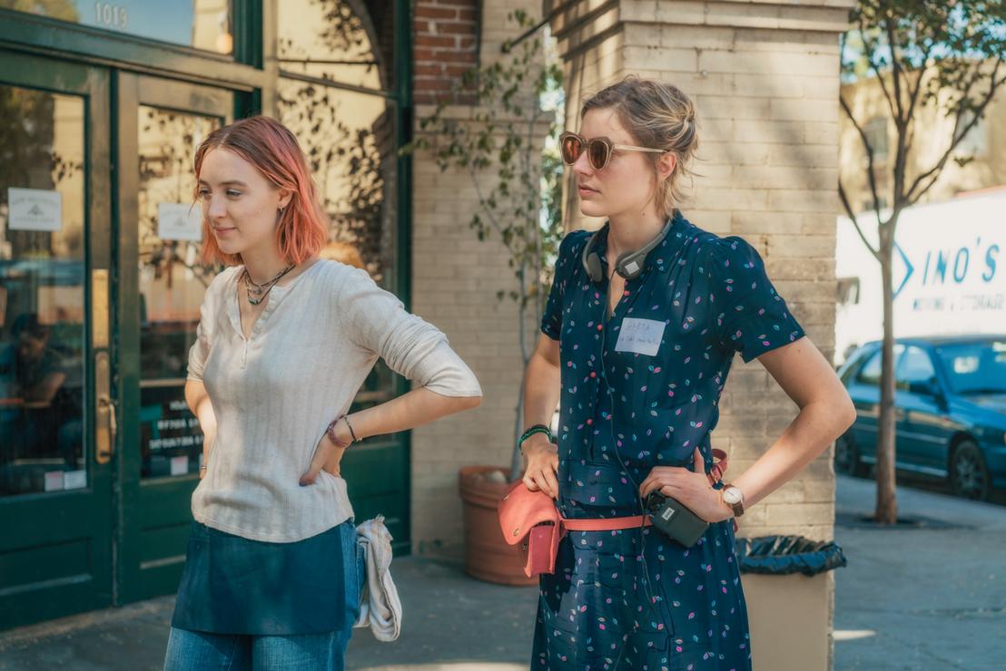 Greta Gerwig (j) a Lady Bird forgatásán