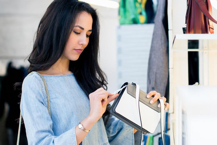 Mutatunk egy táskát, kitalálnád, mennyibe kerül? Nevetséges és reális árak kvíze