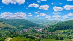 Mesébe illő lankák ölén bújik meg a csöpp kis erdélyi falucska: bájos házikók sorakoznak utcáin