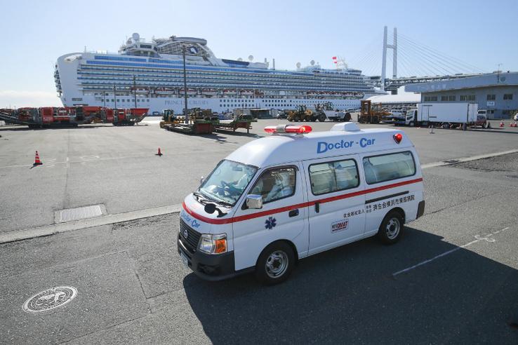 A japán hatóságok karantén alá vontak egy turistahajót, miután kiderült, hogy több napot töltött a fedélzeten egy koronavírussal fertőzött utas.