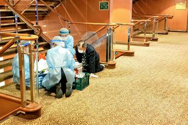 Az egészségügyi stáb tagjai szobáról szobára vizsgálták át az utasokat a szállodahajón. Összesen 61 utasnál állapították meg, hogy fertőzött a tüdőgyulladást okozó vírussal.
