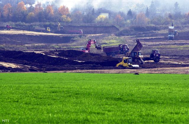 Pécs, 2002. november 18. Az elmúlt öt év során Magyarország legnagyobb környezetvédelmi beruházása keretében 15,5 milliárd forintot fordított a Mecsekérc Rt. a mecseki uránbányászat hagyatékának felszámolására, a környezeti hatások kezelésére. A hátralévő két évben elkészül a százhatvan hektáros zagytározók rekultivációja. Az egykori zagytározót három rétegben, másfél méter vastag földdel temetik be, előtérben a rekultivált zöld terület.