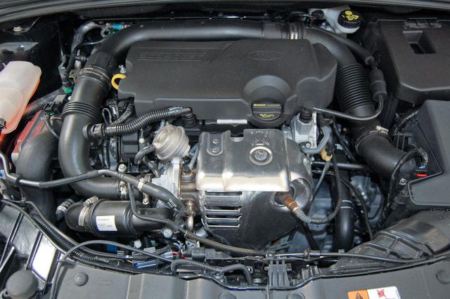 A pici turbó is nagynak látszik a motor előterében