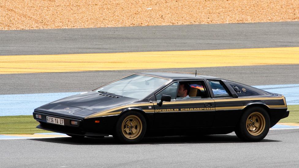 John Player Special színekben a Lotus Esprit S2. Nagyjából 150 ilyen speciális fényezésű kocsi épülhetett
