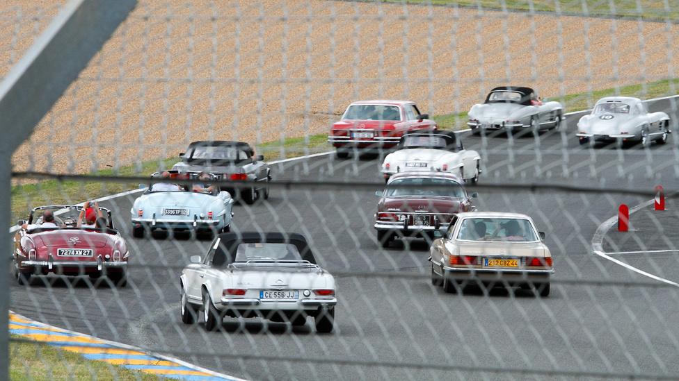Csillagosok, SL-ek. A Mercedes-Benz-tulajdonosok szép lassan mentek körbe, hogy mindenki jól lássa a legelöl haladó 300 SL-eket