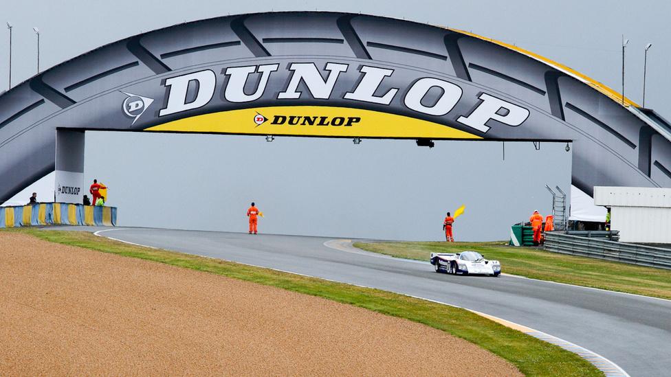 A 24 órás verseny sztárja volt a Porsche 962. Itt Derek Bell, az ötszörös győztes tereli