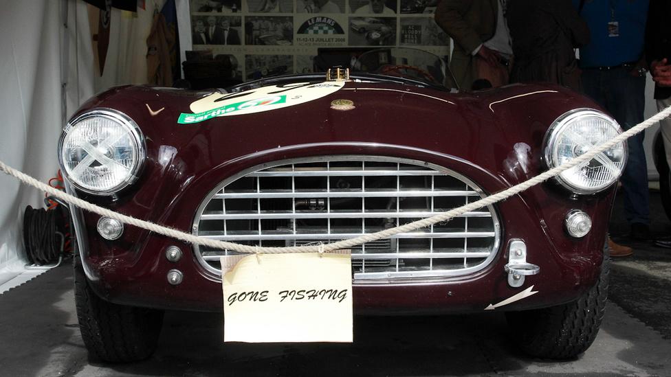 A kocsi és a humor is igazi angol. Ki más menne pecázni, mint egy AC Ace Bristol gazdája?