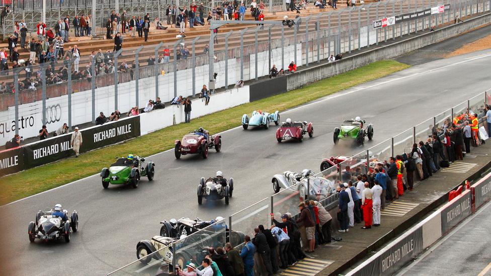 A legrégebbi kocsik indulnak. A korelnök egy 1924-es Bugatti 35 B volt
