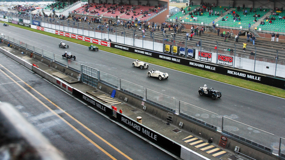 MG Midget vezeti fel a Riley-t és a Singert, mögöttük két Bugatti és egy Talbot