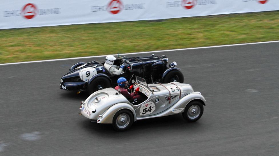 Fej fej melletti küzdelem: BMW 328 és Aston Martin Ulster