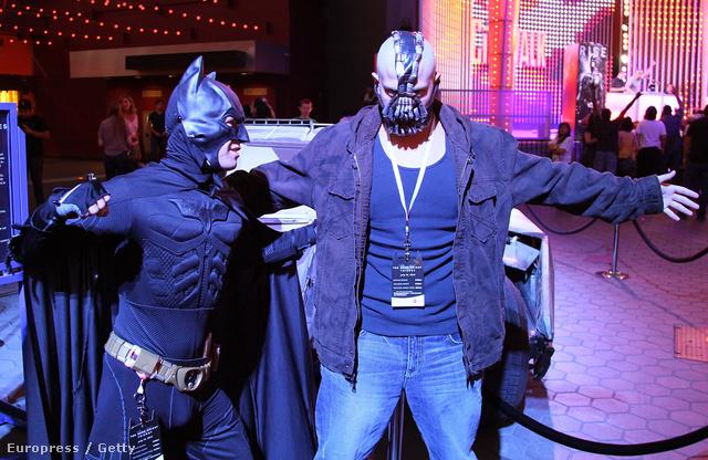 A Sötét Lovag Felemelkedés premierjére érkező, jelmezes rajongók a kaliforniai Universal Cityben