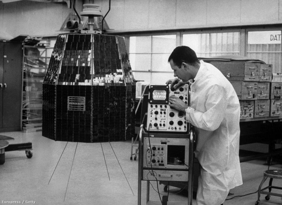 1963. január 8. Gondterhelt mérnök a Bell laborjában. A Telstar 1962 novemberében, a hidegháború kellős közepén elnémult, miután az amerikai és a szovjet hadsereg is légköri atomrobbantásokat hajtott végre: a kényes szerkezet tranzisztorai nem viselték túl jól a megnövekedett sugárzást.