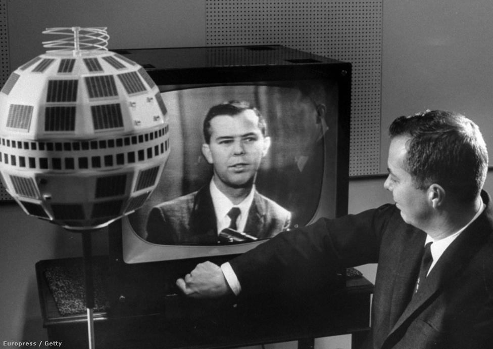 1963. január 8. John S. Mayo, a Bell mérnöke a Telstar adását figyeli, miután sikerült távirányítással megjavítani a meghibásodott műholdat. Az újraindítás azonban átmeneti megoldásnak bizonyult csak, a rendkívüli sugárterhelésnek kitett első Telstar sorsa megpecsételődött, 1963. február 21-én újabb, ezúttal már javíthatatlan tranzisztorhiba miatt végleg megszűnt az adás.