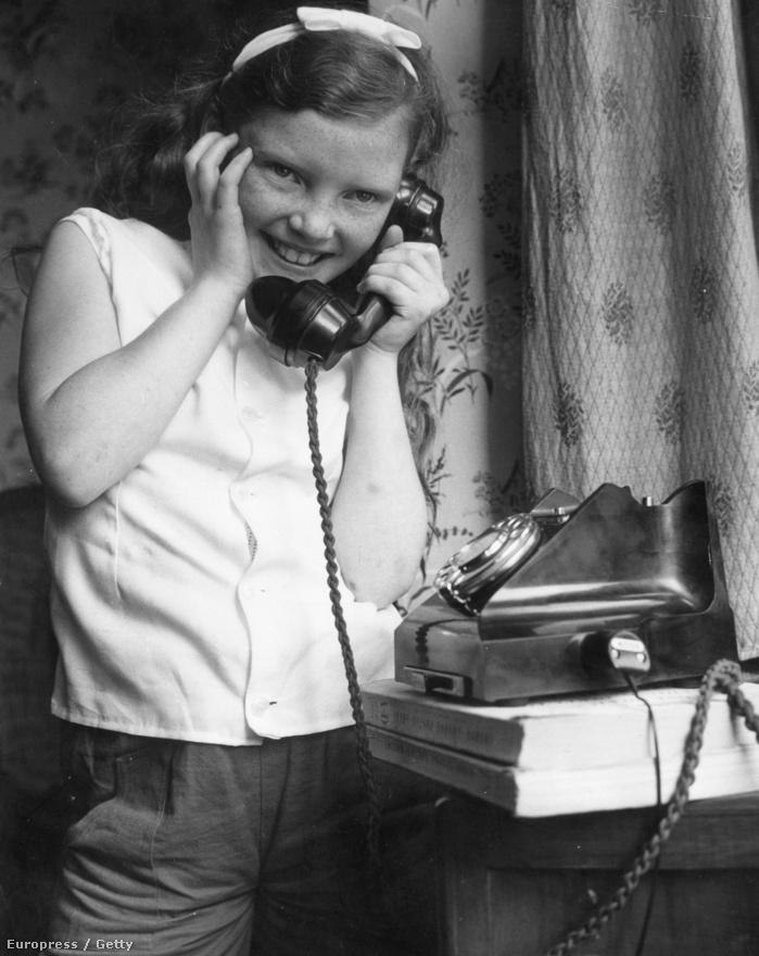 1962. augusztus 17. A 9 éves Sandra Wiseman történelmi jelentőségű telefonhívást fogad szülei londoni lakásában. A polgári előfizetők közül ő használhatta először a Telstar műholdat, hogy beszélhessen az Atlanti-óceán túloldalán, a Tennessee állambeli Columbia Rotary Clubbal.