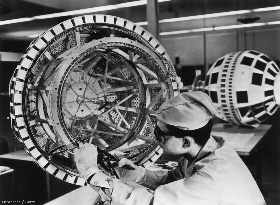 1962. július. Az utolsó drótok és alkatrészek is helyükre kerülnek, a Telstar készen áll a startra.