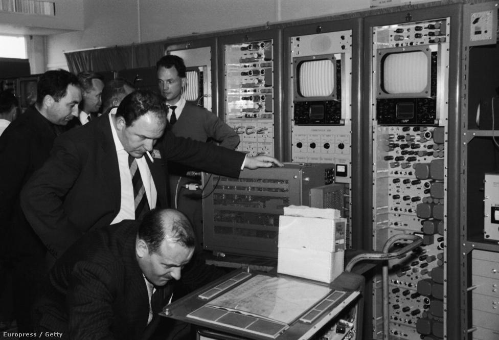 1962. július 11. Technikusok a képernyőket ellenőrzik a Telstar adásának vétele előtt a Pleumeur Bodou telekommunikációs központban Franciaországban.