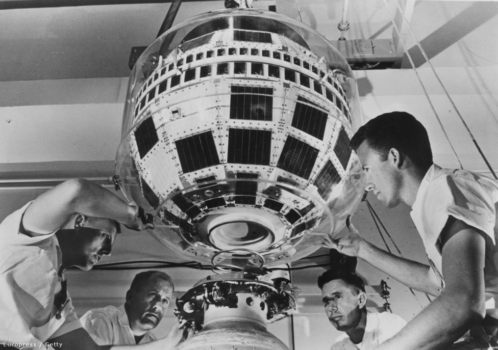 1962. június 1. Cape Canaveral: műszakiak helyére szerelik a Telstar műholdat a Delta rakéta harmadik fokozatába.