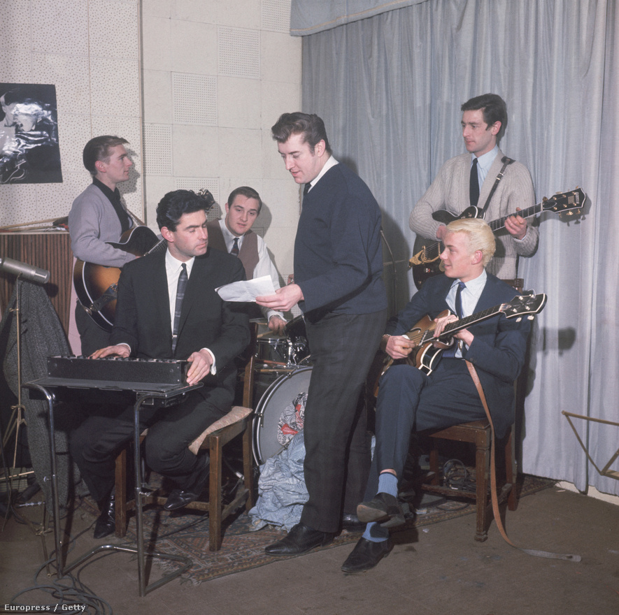 1962. A The Tornados,  Joe Meek énekes, dalszerző zenekara próbál. A Tornádók első nagy slágere a Telstar volt.