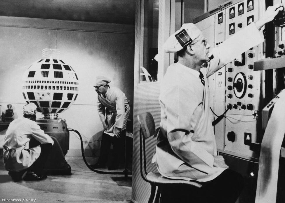 1962. A Telstar működését tesztelik a Bell Telefontársaság laboratóriumában.